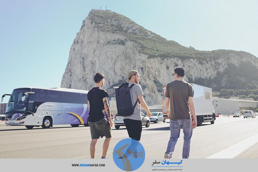 توریست ها کنار اتوبوس